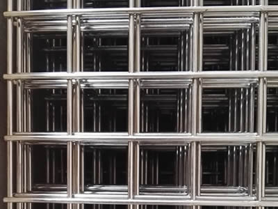 Many stainless steel welded wire mesh panels with big square mesh .