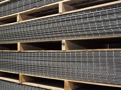 Stainless steel welded mesh panels are packaged in wooded pallets, we can see four layers piled.